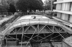 Die Holzschalung für das Betonieren der Gewölbedecke der Jazz-Hall wächst.